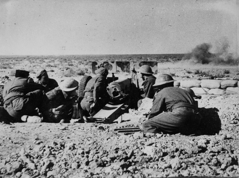 Les artilleurs à Bir-Hakeim