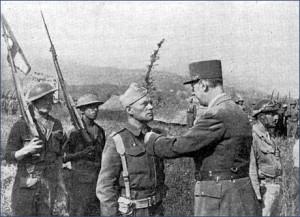 Le général de Gaulle décore le commandant Lequesne (RFL).