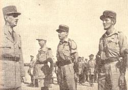 Le général de Gaulle passe en revue Koenig, Amilakvari et de Sairigné (RFL).