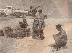 1er B.F.M. en Libye : un équipage de Bofor, la pièce est prête à l'action (RFL).