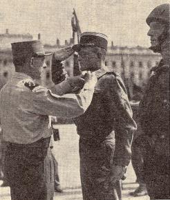 Le chef de bataillon Mirkin, décoré par le général de Lattre de Tassigny (RFL).
