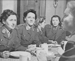 Les femmes aussi étaient là. Cette table réunit des volontaires venues des quatre coins du monde (RFL).