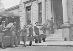 Enfin en pays ami. Après des péripéties pleines de danger, les évadés de France recevaient des volontaires françaises un accueil chaleureux (RFL).
