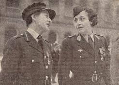 Chevaliers de la Légion d'honneur le même jour. Chief Controller Whateley et le commandant Terré dans la cour des Invalides le 26 février 1945 (RFL).
