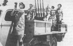 Mitrailleuses quadruples sur camion, servies par les fusiliers-marins (RFL).