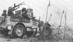 Une patrouille franchit la passe de Bir Hakeim à travers le champ de mines (RFL).