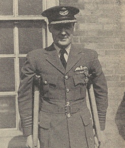Group Captain Appleton en 1943 après avoir été décoré de la croix de guerre au Q.G. des F.A.F.L. (RFL).
