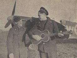Sur un terrain de la R.A.F., en 1942, deux mécaniciens du Groupe « Île-de-France » (RFL).