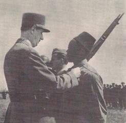 Le général de Gaulle remet la Médaille militaire au sergent-chef Doumbia, un ancien de Bir Hakeim (RFL).
