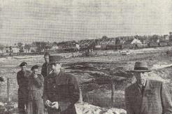 Le Général et l'ambassadeur Vienot devant la plage du débarquement (RFL).