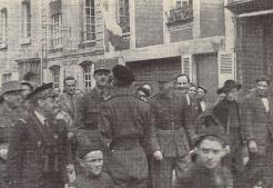 Le colonel Chandon salue le général de Gaulle. Autour d'eux, de gauche à droite : général Béthouard, amiral d'Argenlieu, général Koenig, Gaston Palewski (RFL).