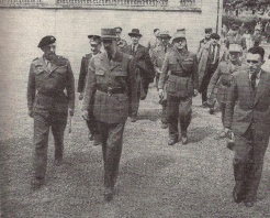 L'entrée à la sous-préfecture : de gauche à droite : colonel Chandon, amiral d'Argenlieu, le général de Gaulle, Gaston Palewski, Vienot, général Béthouard, Billotte, Chevigné, M. de Boislambert, le sous-préfet sortant (RFL).