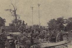 Châtillon-sur-Seine, le 13 septembre 1944. Un officier des fusiliers marins examine la carte de la région avec Perceval et Jourdan (RFL).
