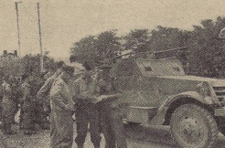 13 septembre 1944. Châtillon-sur-Seine. Les fusiliers marins rendent la visite faite la veille par la 2e compagnie, un marin breton retrouve des marsouins bretons (RFL).