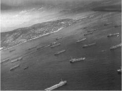 Les chalands de débarquement de la Force Alpha au mouillage devant le golfe de Saint-Tropez (RFL).