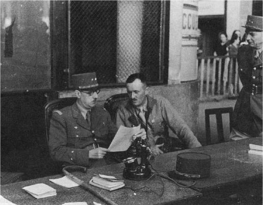 À la gare Montparnasse, le 25 août, le général de Gaulle s'entretient avec les généraux Leclerc et Juin. Sur la photo, figurent également de droite à gauche : le préfet de police Luizet, le colonel Rol-Tanguy (béret), le lieutenant Guy, aide de camp du général de Gaulle, et André Le Troquer, délégué à l'administration des territoires libérés (coll. Pérez).