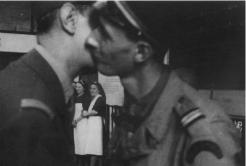 Les retrouvailles du général de Gaulle et de son fils, à la gare Montparnasse. L'enseigne de vaisseau Philippe de Gaulle servait au Régiment Blindé de Fusiliers-Marins de la 2e DB. « Le père et le fils s'embrassèrent, dit Émile Pérez, et j'eus la chance de fixer cette image émouvante. » (coll. Pérez).