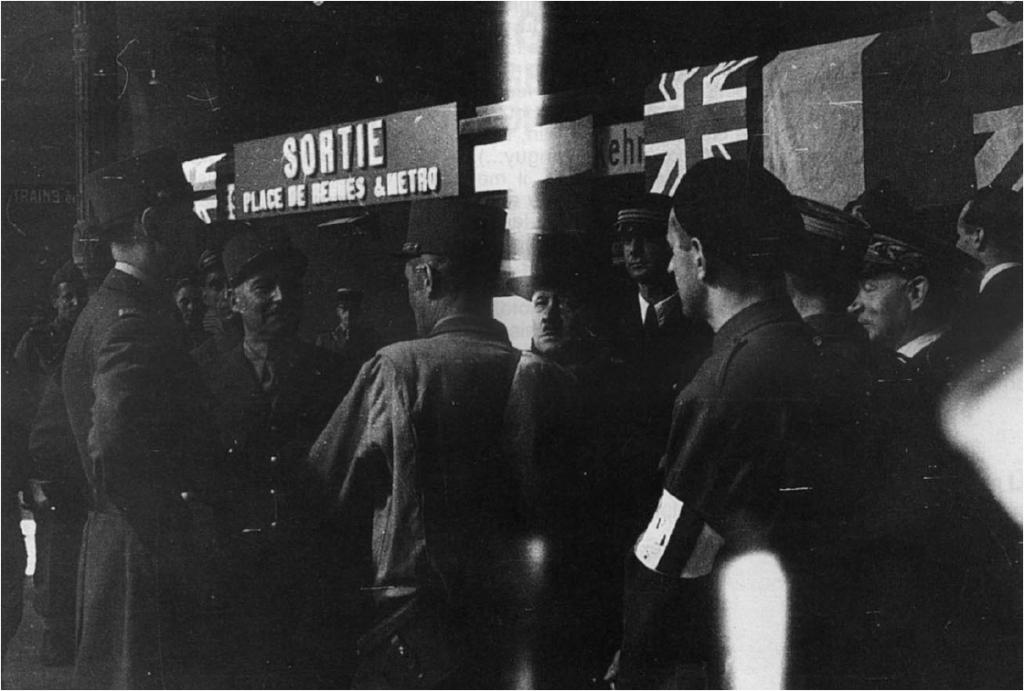 À la gare Montparnasse, le 25 août, le général de Gaulle s'entretient avec les généraux Leclerc et Juin. Sur la photo, figurent également de droite à gauche : le préfet de police Luizet, le colonel Rol-Tanguy (béret), le lieutenant Guy, aide de camp du général de Gaulle, et André Le Troquer, délégué à l'administration des territoires libérés.