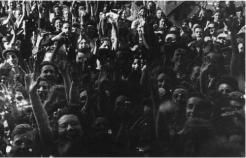 Le 25 août 1944, 9 heures du matin. Avenue du Maine, la foule parisienne acclame les libérateurs. Parmi ceux-ci : Émile Pérez, 20 ans, sergent au RMT, détaché au 2e bureau de la 2e DB, entré dans Paris au volant d'une Jeep (où a pris place son chef, le colonel Repiton-Préneuf) et auteur des photos illustrant son témoignage (coll. Pérez).