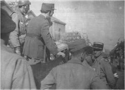 25 août 1944, place Denfert-Rochereau. Ont pris place sur un scout-car : le général Leclerc, le général Chaban-Delmas (de dos, avec bonnet) et le capitaine Girard (casque). À droite : le colonel de Guillebon (coll. Pérez).