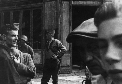 Le général Leclerc devant son PC avancé (un café-tabac de la porte de la Chapelle), lors de la liquidation de la poche de résistance du Bourget, le 27 août 1944 (coll. Pérez).