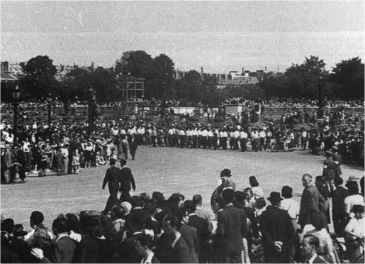 Place de la Concorde, le 26 août 1944. La descente des Champs-Élysées par le général de Gaulle a suscité l'enthousiasme de la population parisienne. La veille, à l'Hôtel-de-Ville, de Gaulle a proclamé « Paris libéré » (coll. Pérez).
