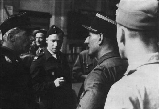 À la gare Montparnasse, le colonel Paul Repiton-Préneuf, commandant le SR de l'armée Leclerc, interroge un officier de panzer-division (à gauche). De face : le lieutenant Étienne Mantoux, de l'escadrille d'observation de la 2e DB (coll. Pérez).