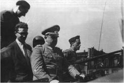 Le général Von Choltitz, chef des troupes d'occupation allemande de Paris, arrive à la gare Montparnasse sur un scout-car de la 2e DB. Derrière lui : Maurice Kriegel-Valrimont, délégué du MLN au COMAC, membre de l'état-major de l'insurrection parisienne, et le colonel Rol-Tanguy, chef des FFI de l'Île-de-France (coll. Pérez).
