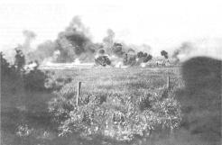 Du PC du bataillon, on aperçoit la 5e compagnie qui part à l'attaque. Les hommes foncent sous de violents tirs de mitrailleuses (RFL).