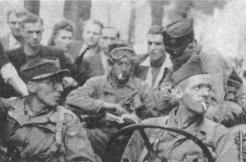 Le capitaine Perceval dans sa Jeep le 25 Août 1944 sur le Quai d'Orsay (RFL).