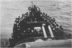 Le 14 juin 1944, à l'arrivée au mouillage devant Courseulles, le général de Gaulle s'adresse à l'équipage de La Combattante, qu'il avait cité à l'ordre de l'Armée de mer. Photo : Gilbert Le Dily (RFL).
