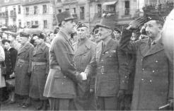 Colmar, le 10 février 1945 Avant la prise d'armes au cours de laquelle Leclerc recevra la plaque de grand officier de la Légion d'honneur (il avait été fait Compagnon de la Libération le 6 mars 1941) - RFL.