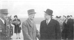 Leclerc à l'aérodrome de Strasbourg. Derrière lui, au fond : Mme Leclerc, les bras chargés de fleurs. Cette photo a été prise le 21 novembre 1947 : sept jours plus tard, Leclerc trouvait la mort dans un accident d'avion, près de Colomb- Béchar. De Gaulle perdait non seulement son « compagnon des pires et des plus grands jours », mais un ami sûr (RFL).