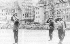 Prise d'armes place Kléber, à Strasbourg. La ville a été libérée dès novembre 1944, mais durant deux mois les Allemands tenteront de la reprendre. En vain (RFL).