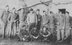 Les Tchadiens de la 2e Compagnie du 1/RMT autour du capitaine Perceval (RFL).