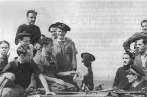 Une partie de l'équipage du Rubis, avec le chien Bacchus, mascotte du bord.