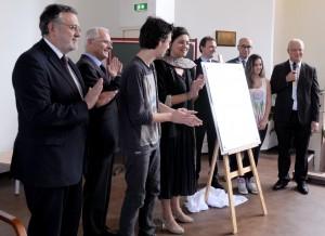 Applaudissements après le dévoilement. Hervé Savy, Bertrand Hervieu, un élève, Aïcha Sif, le député François-Michel Lambert, Jean Pisani-Ferru, une élève et Joseph Weinzaepfel. (photographie Région PACA-LEGTA Valabre)