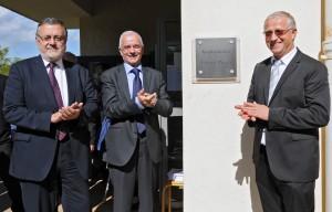 Hervé Savy, Bertrand Hervieu, Joseph Weinzaepfel devant la plaque de l'amphithéâtre Edgard Pisani. (photographie Région PACA-LEGTA Valabre)