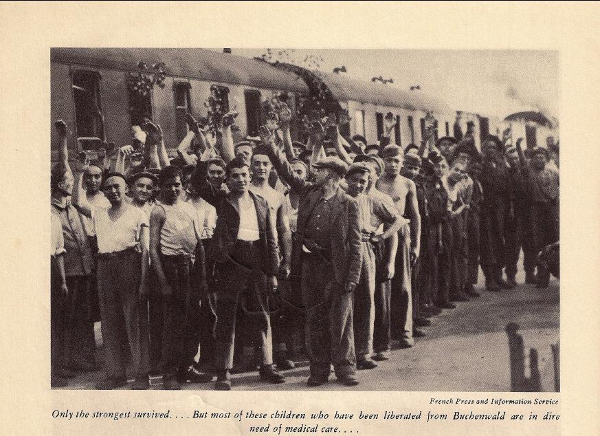 « Seuls les plus forts ont survécu… Mais la plupart des enfants qui ont été libérés de Buchenwald ont un besoin urgent de soins médicaux ». Photo parue dans « Free France », vol. 8, n° 4, 15 août 1945, p. 114 (© Fondation de la France Libre).