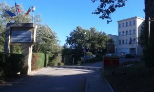 La plaque dans son emplacement final à l'entrée du lycée. Cérémonie de dévoilement de la plaque.  (photographie Région PACA-LEGTA Valabre)