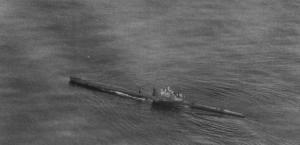 Le sous-marin Rubis, photographié ici le 23 août 1941. Il avait appareillé quelques jours plus tôt de Dundee pour son premier mouillage de mines britanniques devant le port norvégien d'Egersund. C'est durant cette mission qu'il fut gravement endommagé et dut rester stoppé près de vingt-neuf heures.