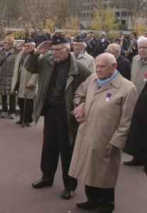 Roger Nordmann et René Marbot sur le pont Bir Hakeim, le 9 novembre 2014 (photo Yves Ropars, détail).