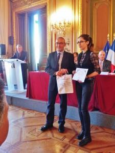 Valéry Chavaroche remet son prix à Élisabeth Rodriguez.