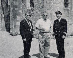 À Utah Beach, deux «fumistes»du Lorraine à gauche P. Lambermont et à droite J. Bernard) ont retrouvé le parachutiste qui, le jour J, était resté accroché au sommet de l'église fr Sainte-Mère-Église (coll. personnelle, RFL).