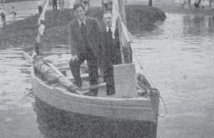 Henri Stéphan (main sur le genou et genou sur la banquette) dans le canot avec lequel il traversa seul la Manche pour rejoindre les F.F.L. en Angleterre. Debout, à côté de lui, le pêcheur propriétaire de cette barque, qu'il « emprunta » à son insu (RFL).